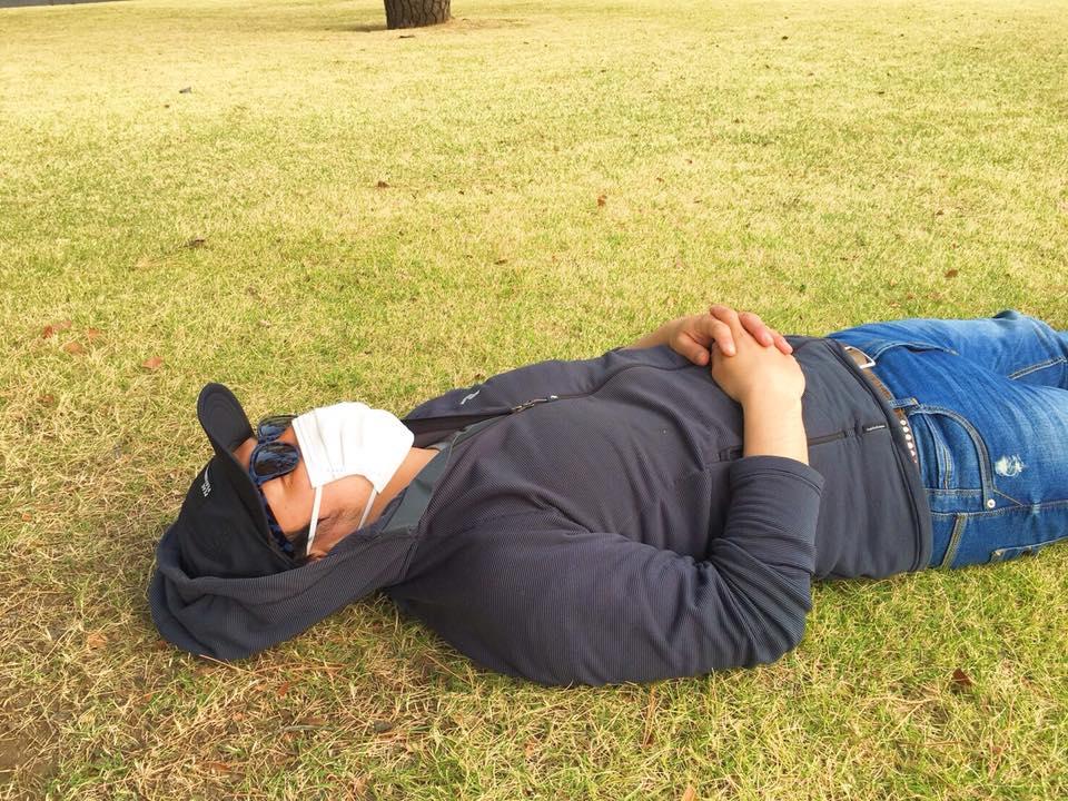 皇居前の公園で昼寝。。。